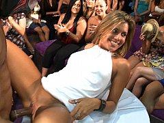 Одетые девушки голые парни, В клубе, Танцы, Группа, Секс без цензуры, Вечеринка, На публике, Стриптиз
