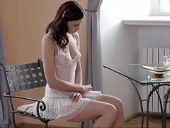 18 ans, Brunette brune, Masturbation, Maigrichonne, Solo, Allumeuse, Adolescente, Nénés