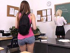 18 ans, Gode, Lesbienne, Mère que j'aimerais baiser, Maigrichonne, Jarretelles, Professeur, Adolescente