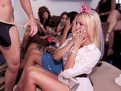 Amateur, Blonde, Sucer une bite, Club, Mignonne, Fille latino, Public, Se déshabiller