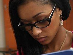 18 ans, Noire, Brunette brune, Collège université, Lunettes, Innocente, Étudiant, Nénés